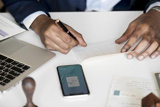 Cliente impegnato ad inserire i dati per il check-in on-line.
